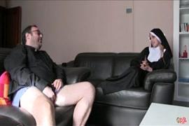 Una mujer adinerada follando con un vagabundo